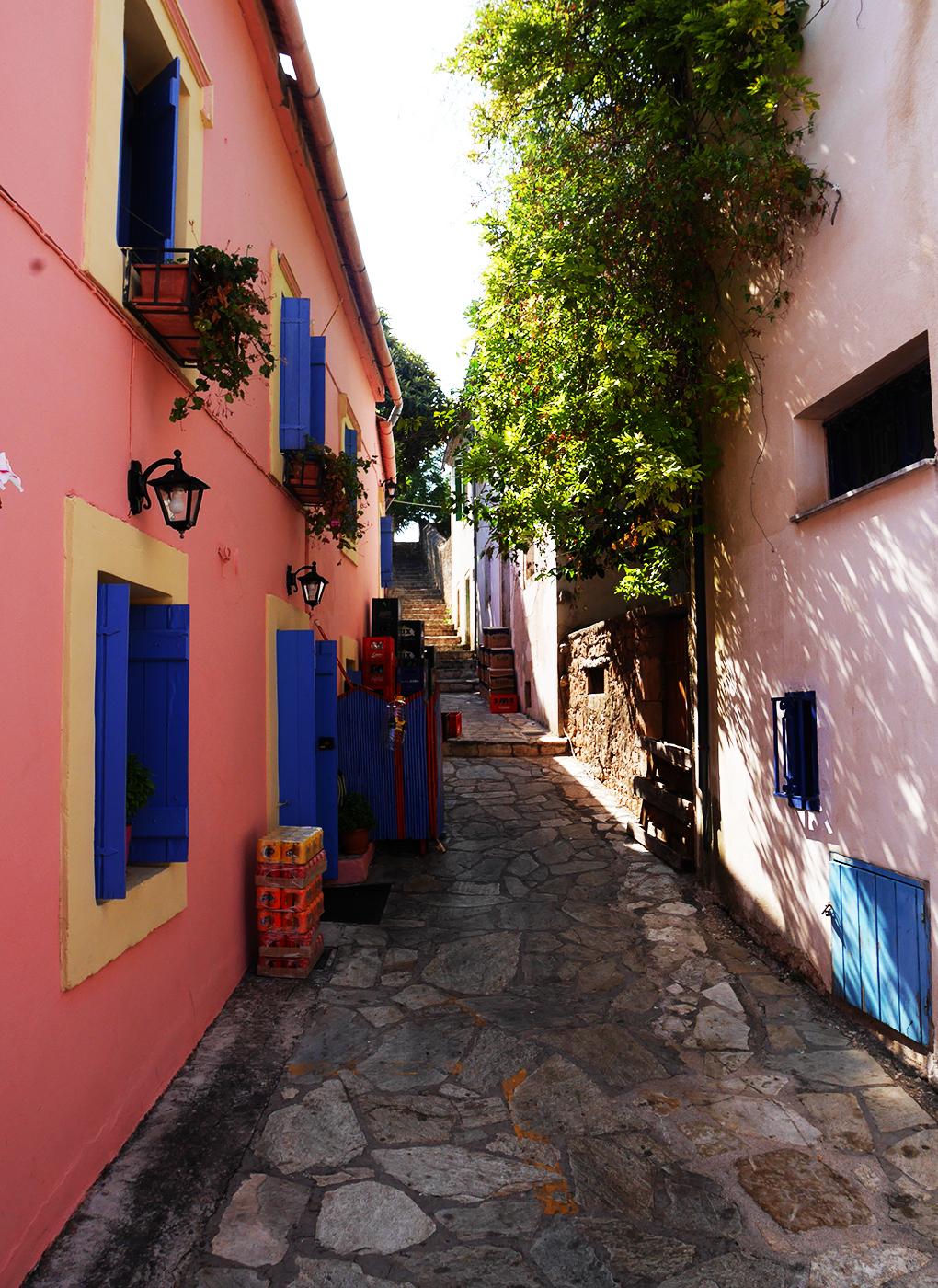 Loma Välimerellä: Pastellisävyjen Fiscárdo